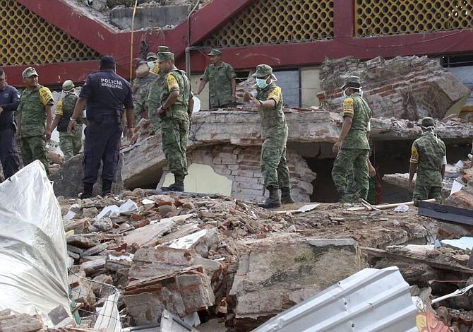 Terremoto: Familiares esperanzados de hallar vivo a policía en los escombros