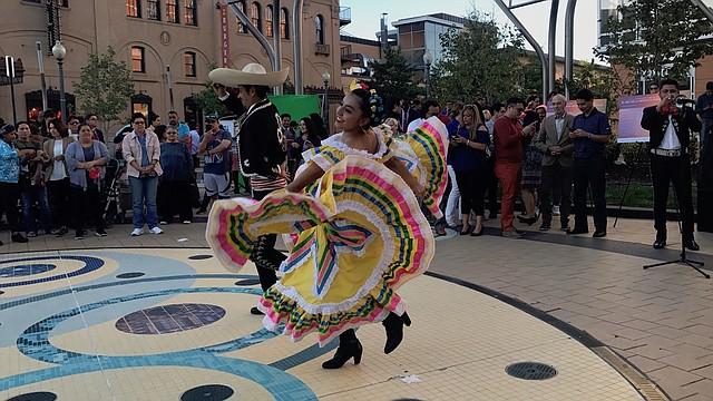 BAILE. Artistas bailan al compás de mariachis en el inicio del Mes de la Herencia Hispana en DC, el jueves 7 de septiembre.
