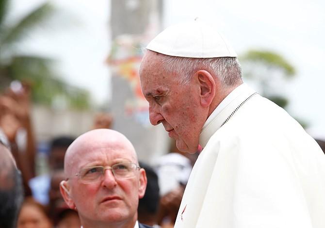 Papa sufre ligero golpe en la cara al intentar saludar a un niño en Cartagena