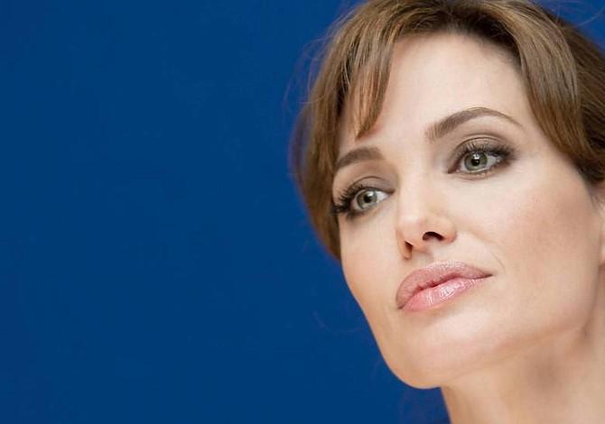 Jolie confiesa que se convirtió en actriz para hacer feliz a su madre