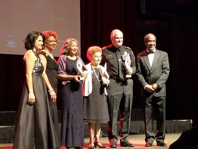Tres premios especiales fueron entregados a personalidades destacadas por su labor en el ámbito educativo y local.