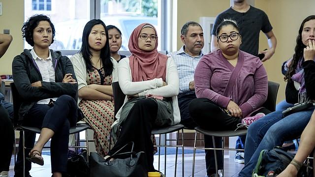 Los beneficiarios de DACA y sus defensores se reúnen en el Centro Multicultural de CASA en Hyattsville, Maryland, para obtener información legal y otro apoyo en respuesta al reciente anuncio de que el programa será demantelado.