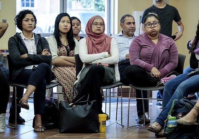 Jóvenes inmigrantes y sus defensores luchan contrarreloj para renovar DACA