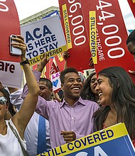 Estudiantes de todo el país celebran ante el Tribunal Supremo cuando los jueces deciden por Ley de Cuidado de Salud Asequible (ACA) en 2015.