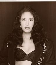 Selena Quintanilla-Pérez, nacida en 1971 en Lake Jackson, Texas, fue un fenómeno musical mexicano-americano. Comenzó a actuar como una joven con su banda familiar, Selena y Los Dinos, y continuó disfrutando del gran éxito a lo largo de la década de 1990. Esta impresión de la plata del gelatina por el Al Rendon del artista está en la colección de la galería de retrato nacional, regalo de Alfred y Elizabeth Rendon, NPG.2007.193. © 1993 Al Rendon.