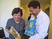 FELICES.  Isabel Hewstone con Mario Cristaldo, director interino de Vida Senior Centers.
