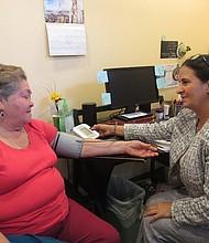 FERIA DE SALUD. Antonia Reyes y la consejera de salud Magaly Ojeda