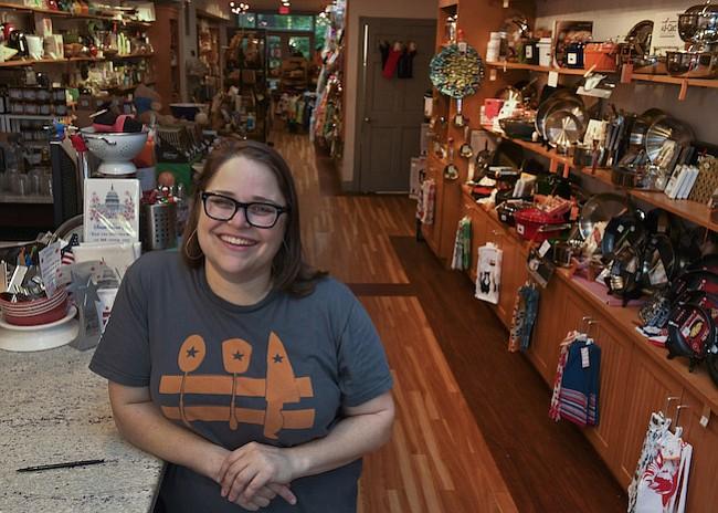 Leah Daniels es dueña de Hill's Kitchen en Capitol Hill. Ella se dispuso a crear un lugar de reunión de barrio que es tanto sobre la comunidad como sus herramientas de cocina.