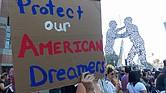 """El martes 12 de septiembre hubo marchas en todo el país para protestar luego de la decisión de la administración Trump de terminar con el programa de Acción Diferida para los Llegados durante la Infancia (DACA, por sus siglas en inglés), que protege a ciertos jóvenes inmigrantes de la deportación. En una de las demostraciones en Los Ángeles, las personas portaron carteles con las leyendas: """"Estamos aquí para quedarnos"""", y """"Si no nos dejan soñar, no los vamos a dejar dormir""""."""