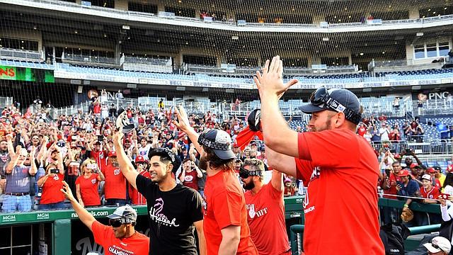 Los jugadores de los Nationals agradecen a la multitud mientras celebran la conquista del título de la División Este de la Liga Nacional este domingo.