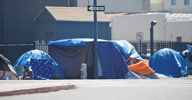 Muchas de las tiendas de campaña de las personas sin hogar en San Diego se concentran en Commercial e Imperial Avenue, en el centro de la ciudad de San Diego. Foto: Horacio Rentería/El Latino San Diego.