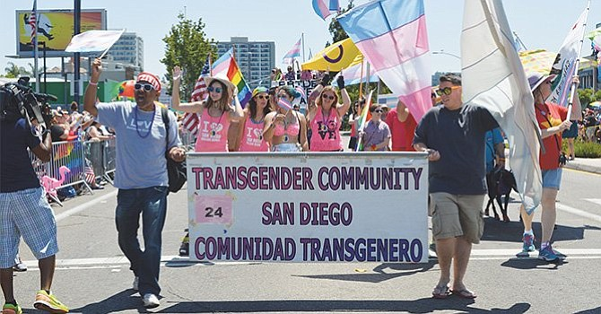 Miembros de grupos trans géneros durante una desfile del Orgullo Gay en la ciudad de San Diego. Foto: Horacio Rentería/El Latino San Diego.