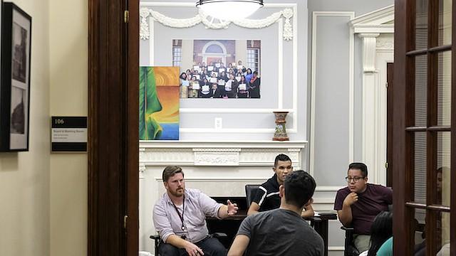 El abogado Nicholas Katz, a la izquierda, habla con los receptores de DACA en el Centro Multicultural CASA en Hyattsville, Maryland, el jueves.