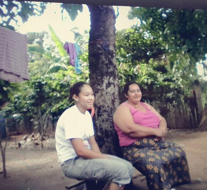 Larissa con la tía Yapa