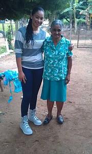Larissa Paz con su abuela Berta Núñez.
