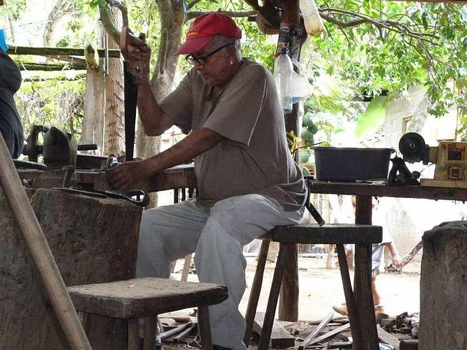 Rodrigo Galeano trabajando en su taller en Honduras.