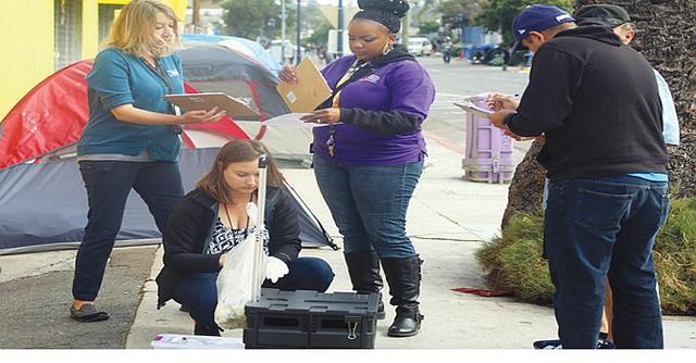 """Personal del Departamento de Salud del Condado de San Diego trabaja en calles de la ciudad para tratar de evitar que la Hepatitis """"A"""" se propague. Foto-Cortesía: HHSA."""