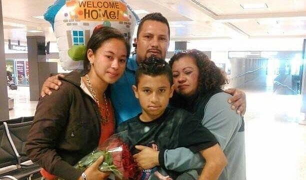 REENCUENTRO. Larissa Paz (izq.) el día que llegó de Honduras y se reencontró el aeropuerto con su madre Norma Galeano (der.). Las acompañan su padrastro Juan Flores y su hermano Pedro Flores.