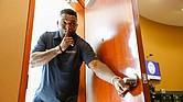 """Ortiz toma un swing como """"Good Teller"""" de Eastern y sorprende a los clientes"""