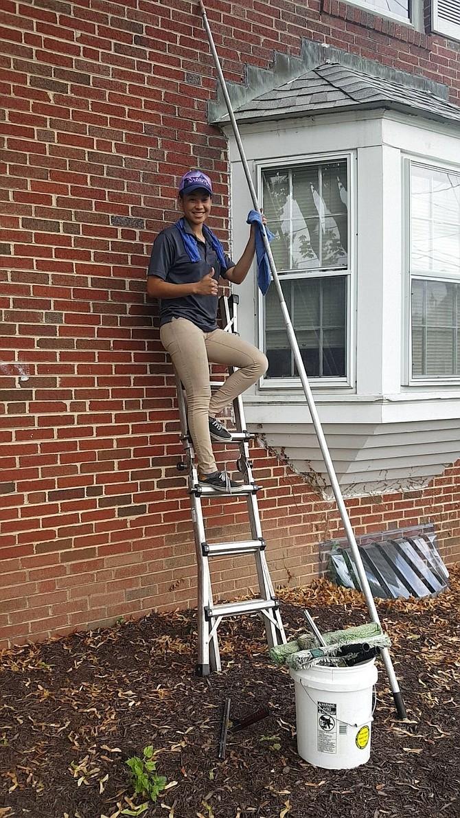 Larissa labora en mantenimiento de ventanas.