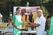 CAPITANA. Larissa Paz recibe el trofeo que ganó La Selecta femenil como subcampeón de la Liga Femenina de Herndon.