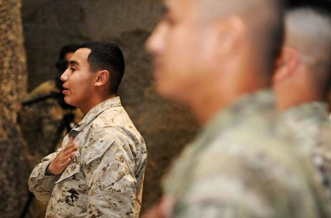 El Ejército de los EEUU descarta contratos de cientos de reclutas inmigrantes y algunos podrían ser deportados