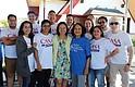 EN ACCIÓN.  Kathy Tran (de verde), Jennifer Romero (centro atrás) y Dolores Huerta (camisa azul) durante el evento para informar la importancia del voto en las elecciones de Virginia.