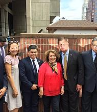 Cónsules de El Salvador, Venezuela, Ecuador, México y Colombia junto al alcalde de Boston, Marty Walsh
