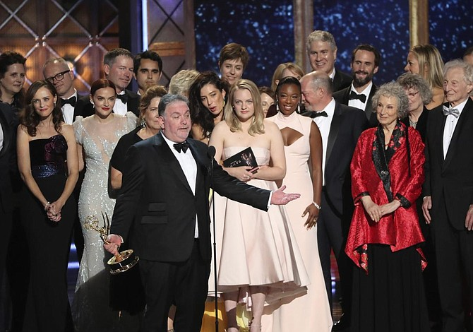 "Emmy: ""The Handmaid's Tale"" heredó corona de ""Game of Thrones"""