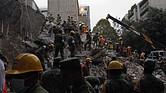 Equipos de rescate trabajan entre los escombros de los edificios colapsados en Ciudad de México, México, un sismo de magnitud 7,1 en la escala de Richter, que sacudió fuertemente la capital mexicana este martes 19 de septiembre, justo cuanto se cumplían 32 años del poderoso terremoto que provocó miles de muertes en 1985. La cifra de muertos a causa del terremoto de magnitud 7,1 en la escala de Richter que el martes sacudió el centro de México ascendió a 224, informó el secretario de Gobernación, Miguel Ángel Osorio.
