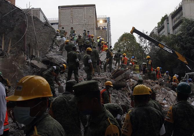 Residentes de la Ciudad de México buscan durante la noche a supervivientes de terremoto que mató a más de 200 personas
