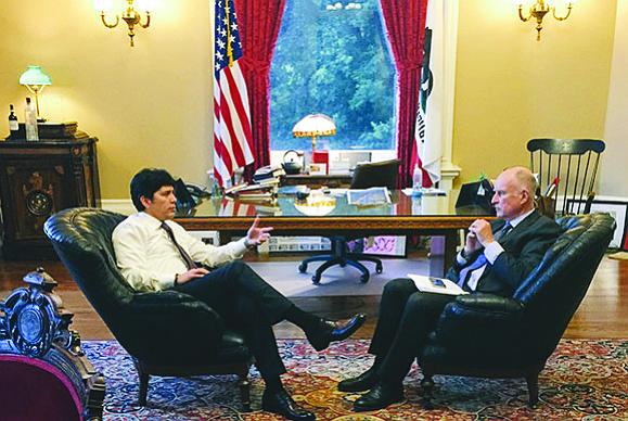 El presidente del Senado estatal, Kevin de León y el gobernador Jerry Brown, durante una charla en la que abordaron el tema de DACA. Foto-Cortesía.