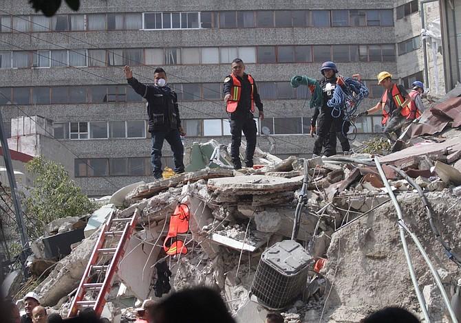 Labores de rescate prosiguen sin descanso tras terremoto en México