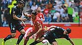 TOLUCA Vs. QUERÉTARO. Efrain Velarde del Toluca sufre pelea el balón con los jugadores Jaime Gómez y Alexis Pérez del Querétaro.