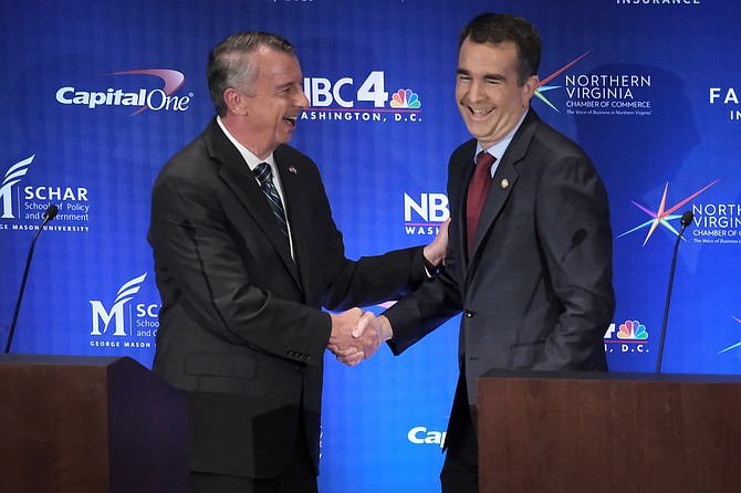 Los candidatos a gobernador Ed Gillespie, a la izquierda, y el teniente gobernador Ralph Northam se dan la mano al final de su debate televisado.