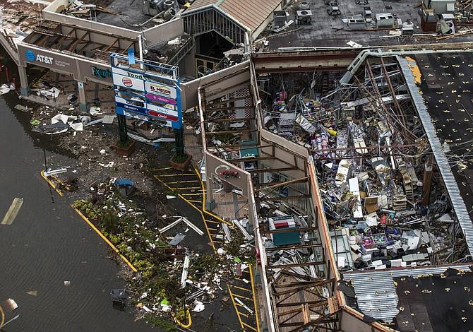 """""""Sólo necesito a mi madre"""": La frenética búsqueda para contactar a sus seres queridos en Puerto Rico"""