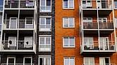 La Ley de Protección de Inquilinos Inmigrantes también prohibe a los arrendatarios, incluidos aquellos que tomen control de un edificio con inquilinos existentes, deslojar a alguien por razones como negación a un nuevo chequeo de crédito o no proveer un número de Seguridad Social.