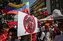 """CARACAS (VENEZUELA), 19/09/2017.- Simpatizantes del presidente de Venezuela, Nicolás Maduro, participan en una nueva """"marcha antiimperialista"""" para rechazar las más recientes críticas del presidente de EE.UU., Donald Trump, a la llamada revolución bolivariana, martes 19 de septiembre de 2017, en Caracas (Venezuela). Maduro aseguró que, según su interpretación, las declaraciones de su homólogo estadounidense, Donald Trump, durante la Asamblea General de la ONU significan una amenaza de muerte hacia su persona. """"La amenaza que ha hecho hoy y ayer Donald Trump yo la sé interpretar correcta y exactamente y quiero decírselo al pueblo: Donald Trump hoy ha amenazado de muerte al presidente de la República Bolivariana de Venezuela"""", dijo desde el palacio presidencial en cadena obligatoria de radio y televisión."""