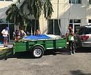 Colaboradores cargando los artículos en el remolque de uno de los carros que viajó a Immokalee