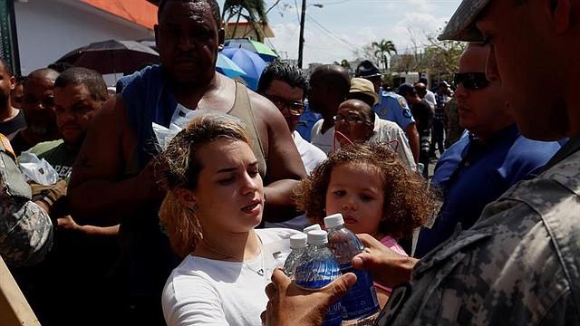 Autoridades controlan el ingreso y distribución de ayudas en vehículos militares hoy, domingo 24 de septiembre de 2017, en San Juan (P. Rico). Puerto Rico espera que la llegada de ayuda con suministros contribuya a mejorar el caos generalizado provocado por el paso por isla del huracán María, que destrozó infraestructuras y el sistema eléctrico, dejó 9 muertes, cifra todavía provisional, y 15.000 refugiados.