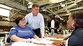 El alcalde de Boston, Martin Walsh y una trabajadora de Eastern Bank