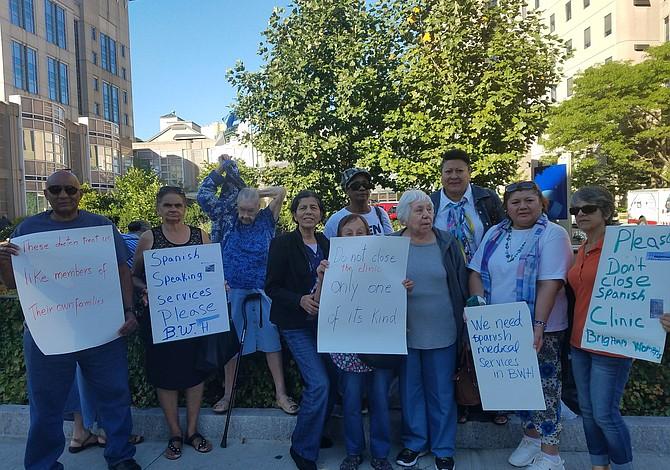 Pacientes latinos protestan contra el cierre de la clínica hispana del Brigham and Women's