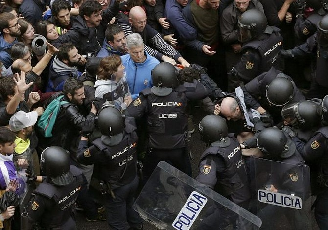 Gobierno español pide unidad constitucional y Ejecutivo catalán mediación UE