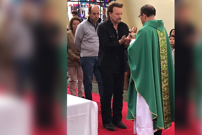 Bono asistió a misa y comulgó en Bogotá