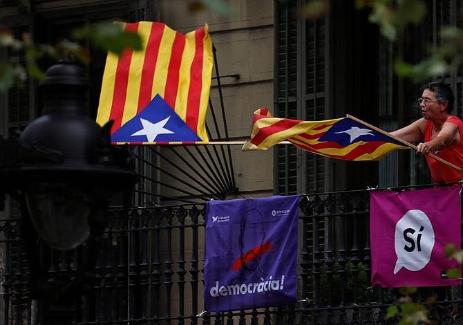 Puigdemont declara independencia de Cataluña y la suspende para dialogar