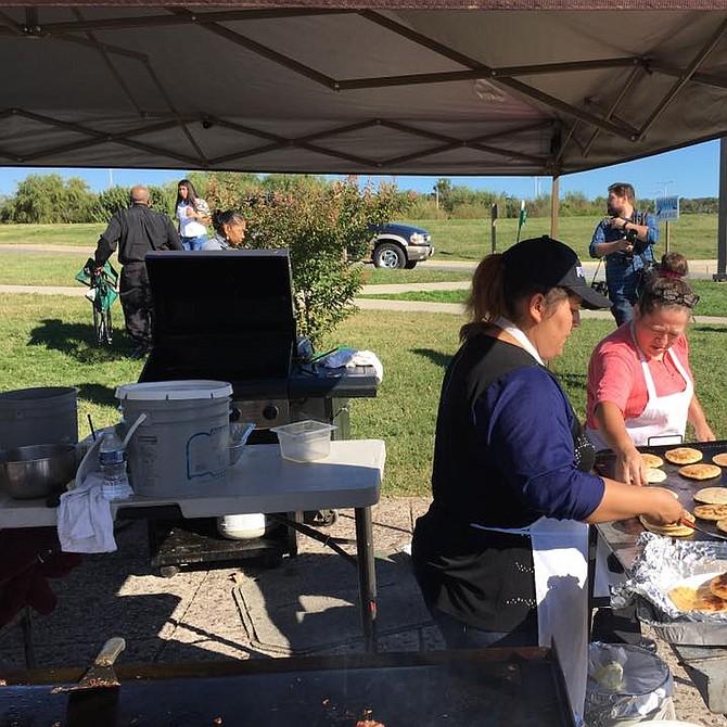 PUPUSAS. Entre la comida preparada en el Festival del Río Anacostia en 2016 no faltaron las pupusas. Este año habrá comida y diversión para todas las familias.