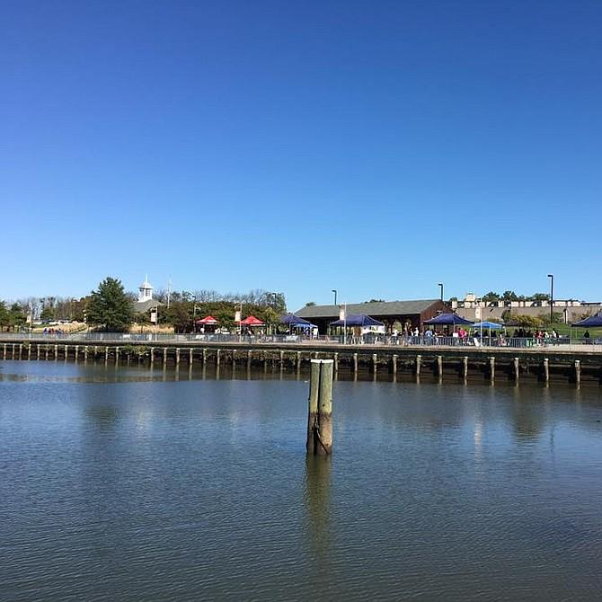 RÍO. Una hermosa vista de otoño del rio Anacostia en el Waterfront Park de Bladensburg, MD.