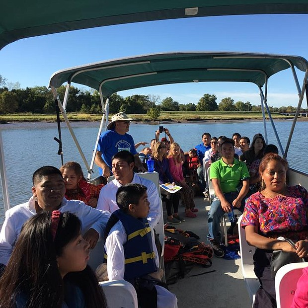PASEO. El presidente de Anacostia Wateshed Society, Jim Foster es el guía en este paseo en bote por el rio Anacostia.