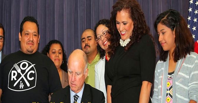Lorena González-Fletcher, vestido oscuro, penúltima de la derecha, la promotora de la iniciativa que ahora se convierte en ley con la firma del gobernador Jerry Brown. Foto-Cortesía: Sitio Web de la asambleísta.