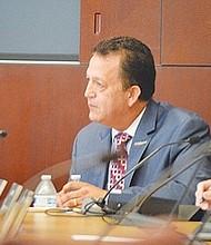 Le costó 'el retiro' al ex director ejecutivo, Gary Gallegos, (al centro, traje azul). Foto: Horacio Rentería/El Latino San Diego.